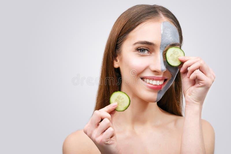 Vrouw met Clay Mask en Komkommers stock fotografie
