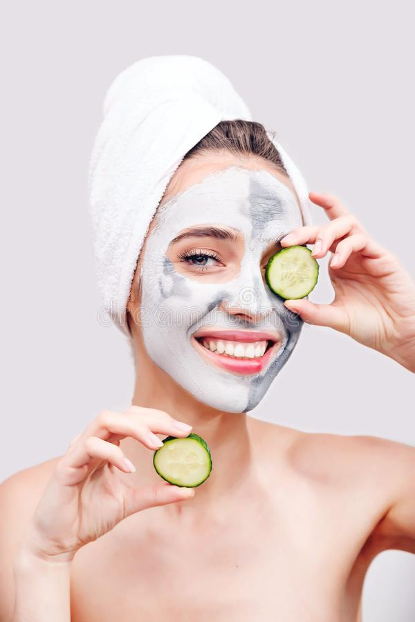 Vrouw met Clay Mask en Komkommers stock foto's