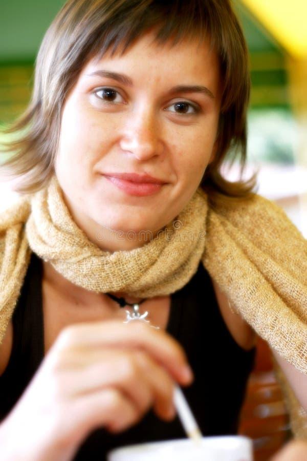 Vrouw met cofee het glimlachen  stock afbeeldingen