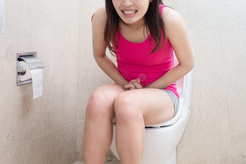 Vrouw met constipatie stock afbeeldingen