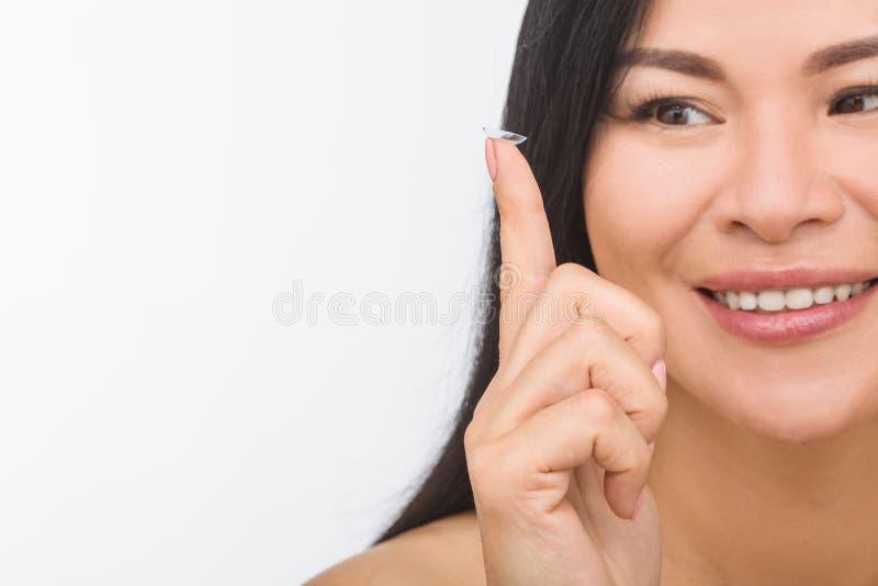 Vrouw met contactlenzen royalty-vrije stock afbeeldingen