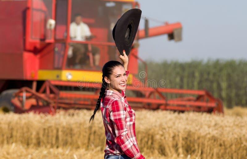Vrouw met cowboyhoed op tarwegebied royalty-vrije stock fotografie
