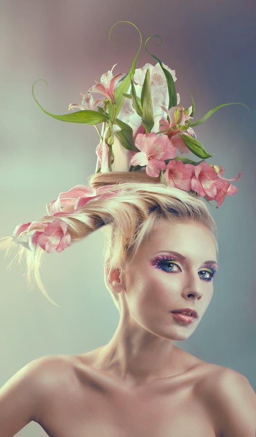 Vrouw met creatief kapsel stock foto
