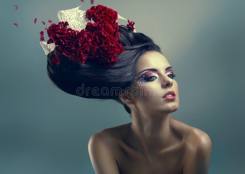 Vrouw met creatief kapsel stock afbeelding