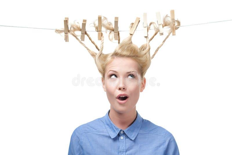 Vrouw met creatief kapsel van wasknijpers royalty-vrije stock afbeeldingen