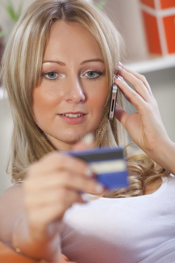 Vrouw met creditcard en celtelefoon royalty-vrije stock fotografie