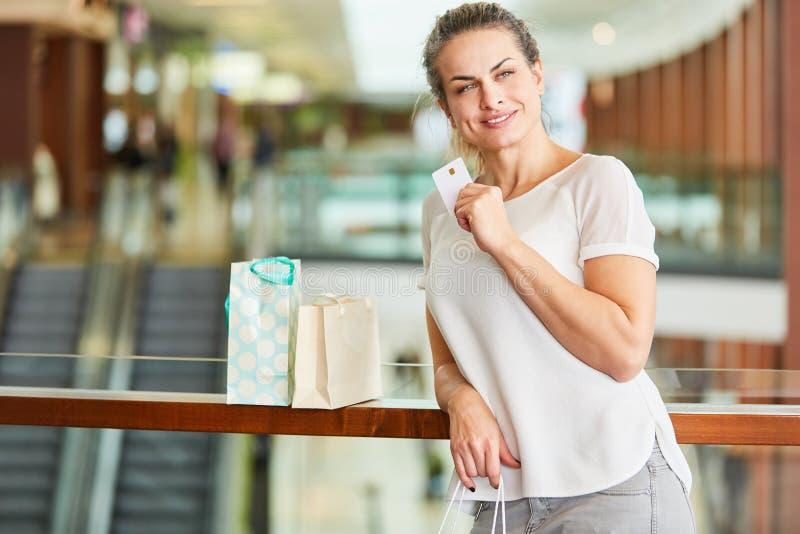 Vrouw met creditcard terwijl het winkelen in winkelcomplex royalty-vrije stock foto