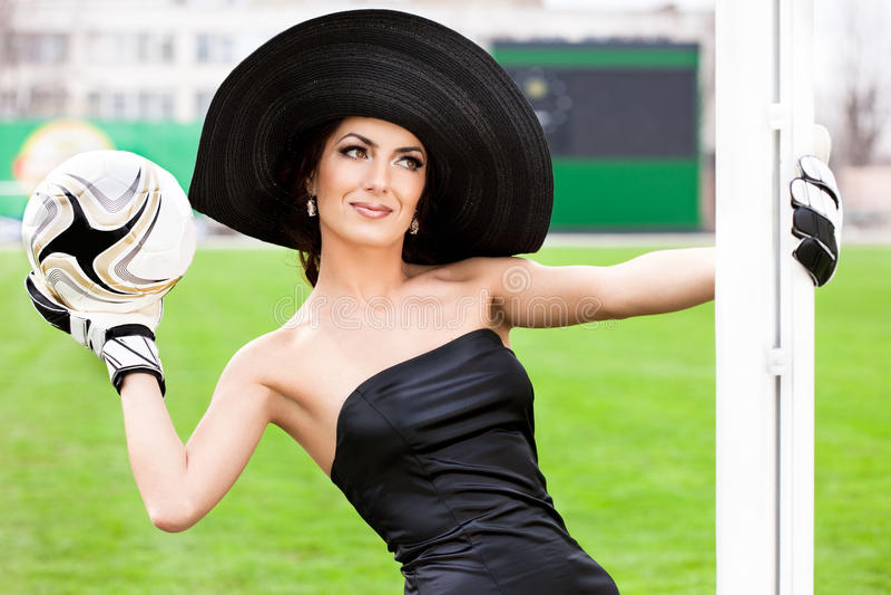 Vrouw met de bal van de Voetbal stock fotografie