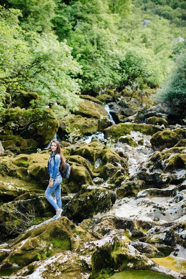 Vrouw met de bergrivier van de rugzakreis stock foto's