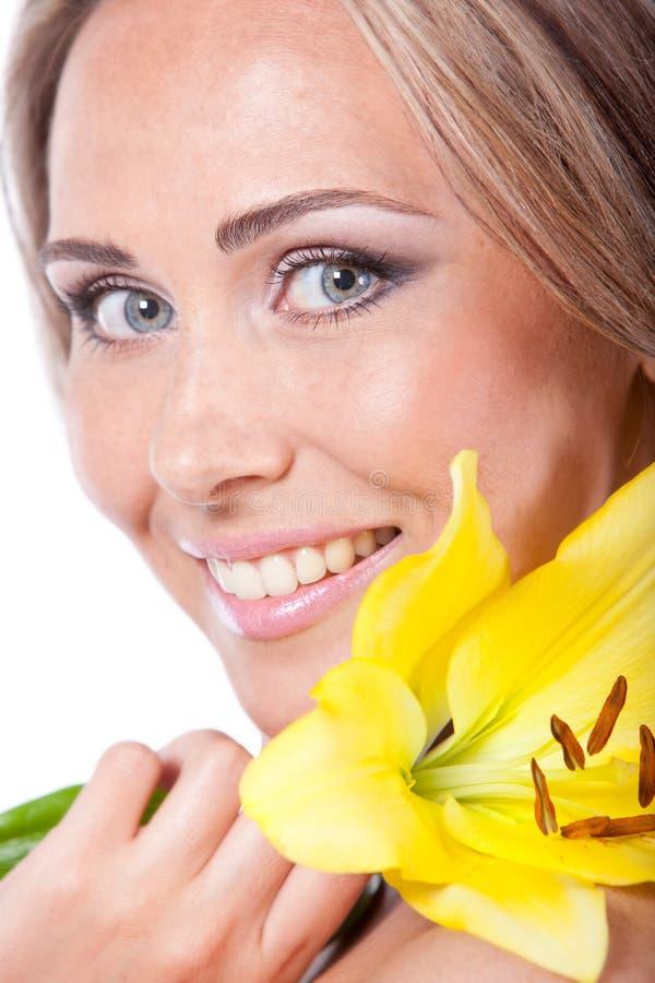 Vrouw met de bloem van de Lelie royalty-vrije stock fotografie