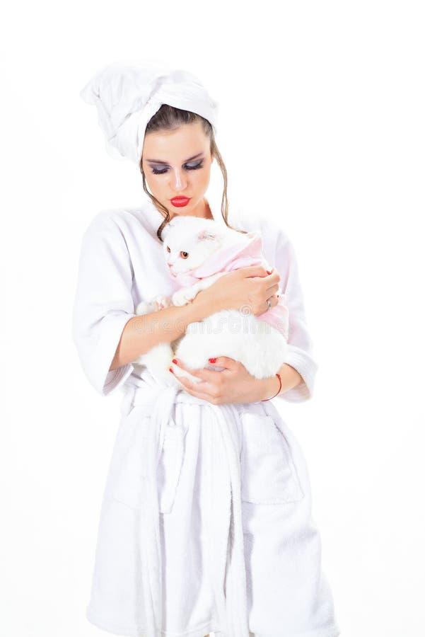 vrouw met de greep witte kat van de maniermake-up Schoonheidssalon en kapper make-upschoonheidsmiddelen en royalty-vrije stock afbeeldingen