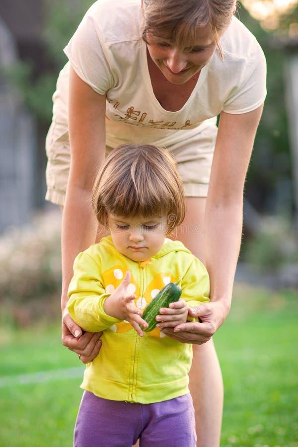 Vrouw met de groenten van een kindoogst royalty-vrije stock foto's