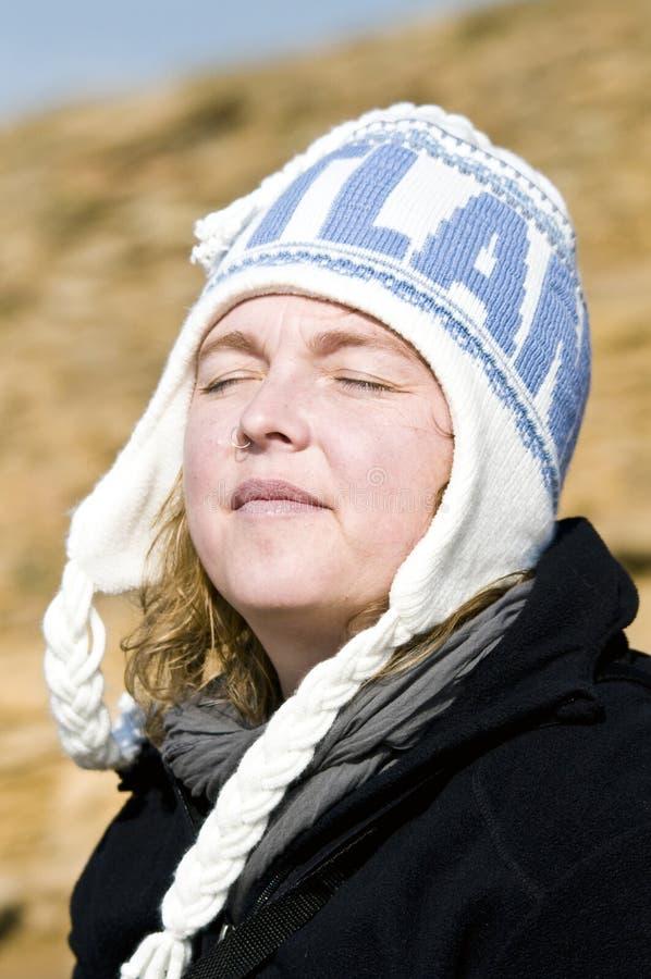 Vrouw met de hoed van Schotland stock afbeeldingen