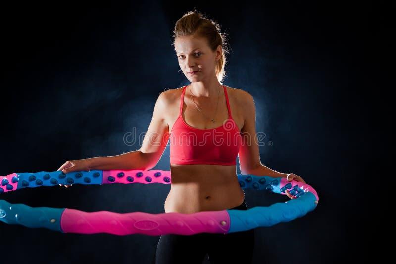 Vrouw met de hoepel van massagehula stock fotografie