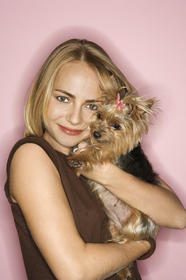 Vrouw met de hond van de Terriër van Yorkshire. stock fotografie