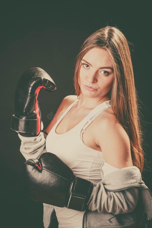 Vrouw met de sportkleding van de bokshandschoenenslijtage royalty-vrije stock foto