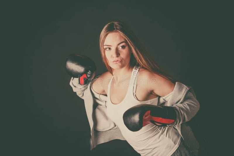 Vrouw met de sportkleding van de bokshandschoenenslijtage stock fotografie