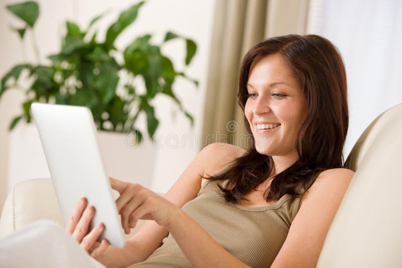 Vrouw met de tabletcomputer van het aanrakingsscherm stock afbeelding