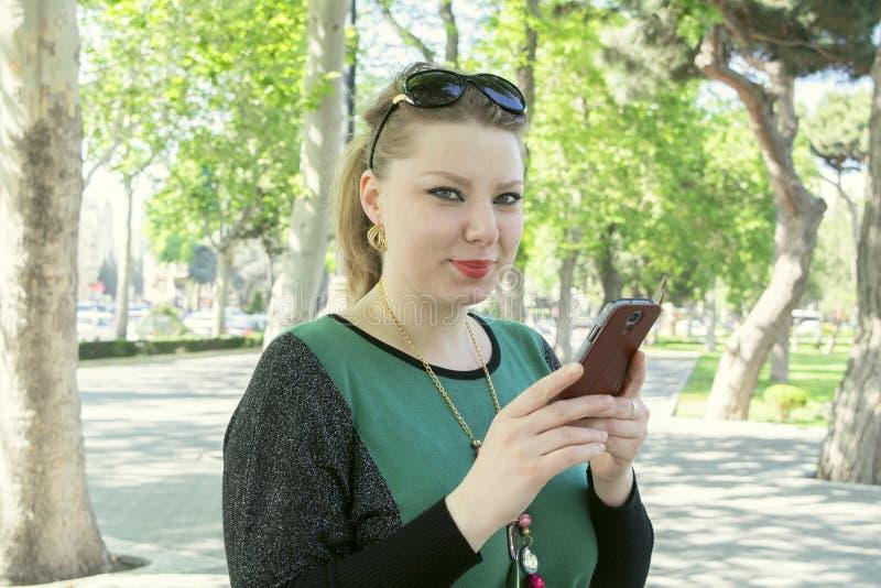 Vrouw met de telefoon royalty-vrije stock fotografie