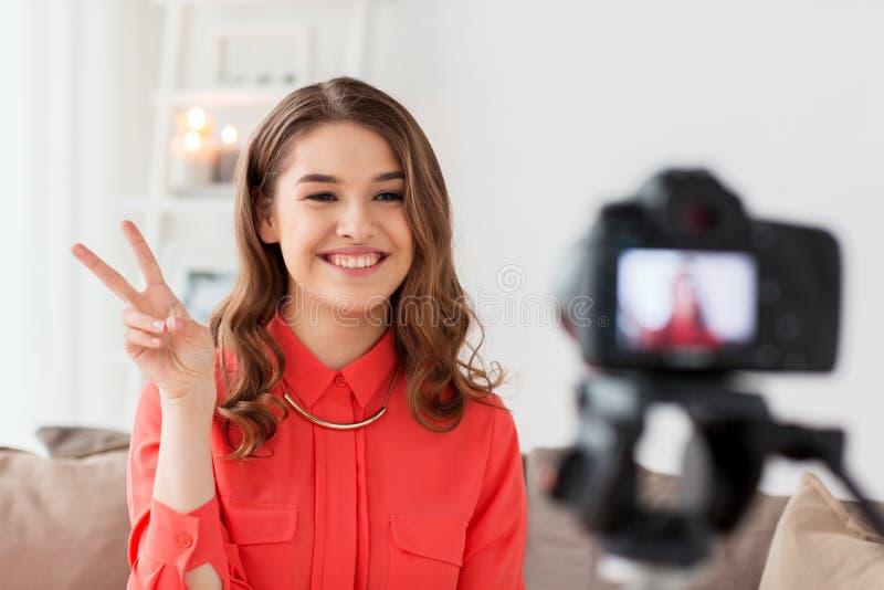 Vrouw met de video van de cameraopname thuis stock foto