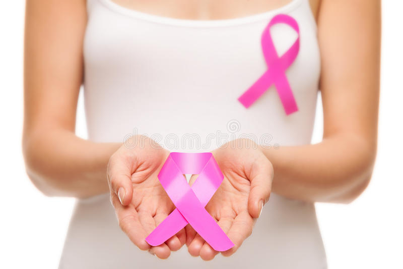 Vrouw met de voorlichtingslint van borstkanker stock foto