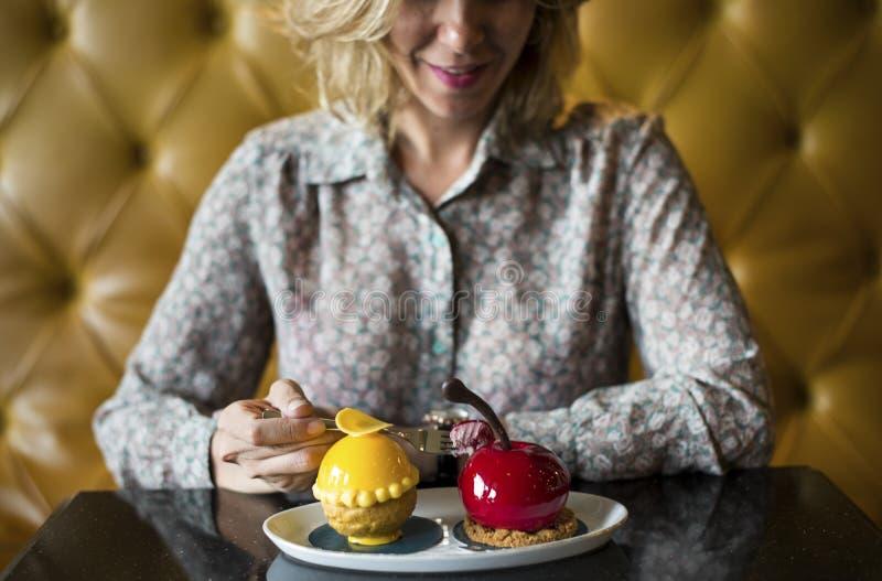 Vrouw met desserts bij een koffie royalty-vrije stock foto's