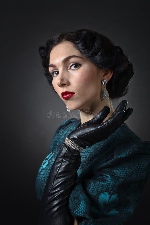 Vrouw met diamantoorringen stock foto