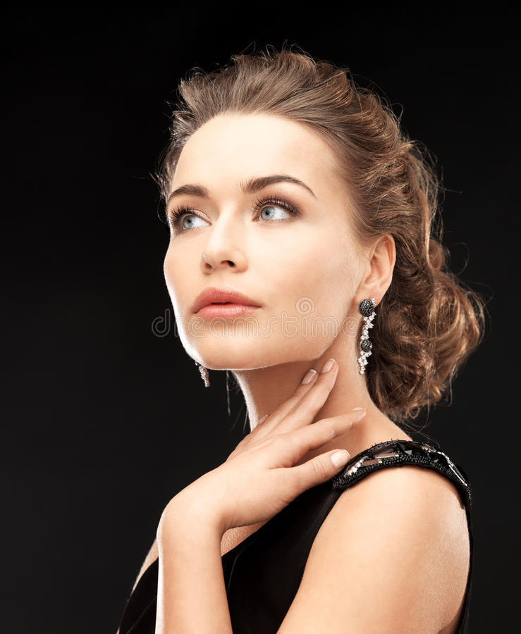 Vrouw met diamantoorringen royalty-vrije stock afbeelding