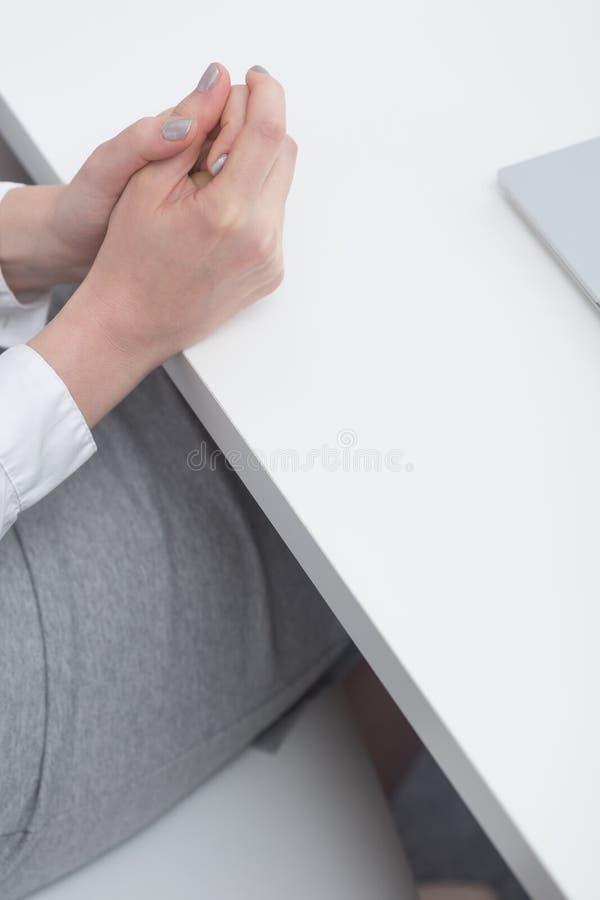 Vrouw met dichtgeklemde handen royalty-vrije stock afbeeldingen