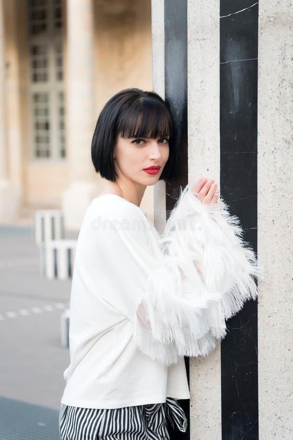 Vrouw met donkerbruin haar in witte blouse in Parijs, Frankrijk Sensuele vrouw met rode lippenmake-up Het schoonheidsmeisje met m stock afbeeldingen