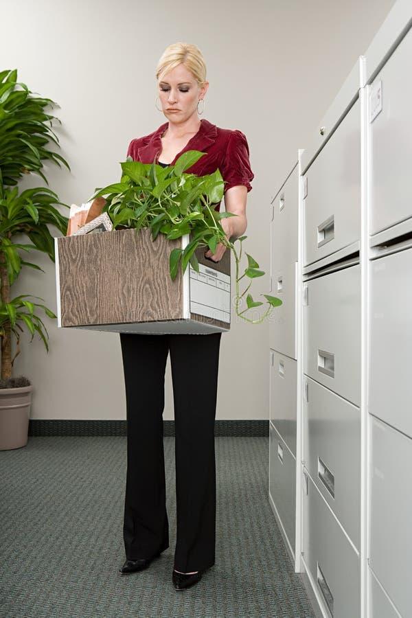 Vrouw met doos van bezittingen stock fotografie