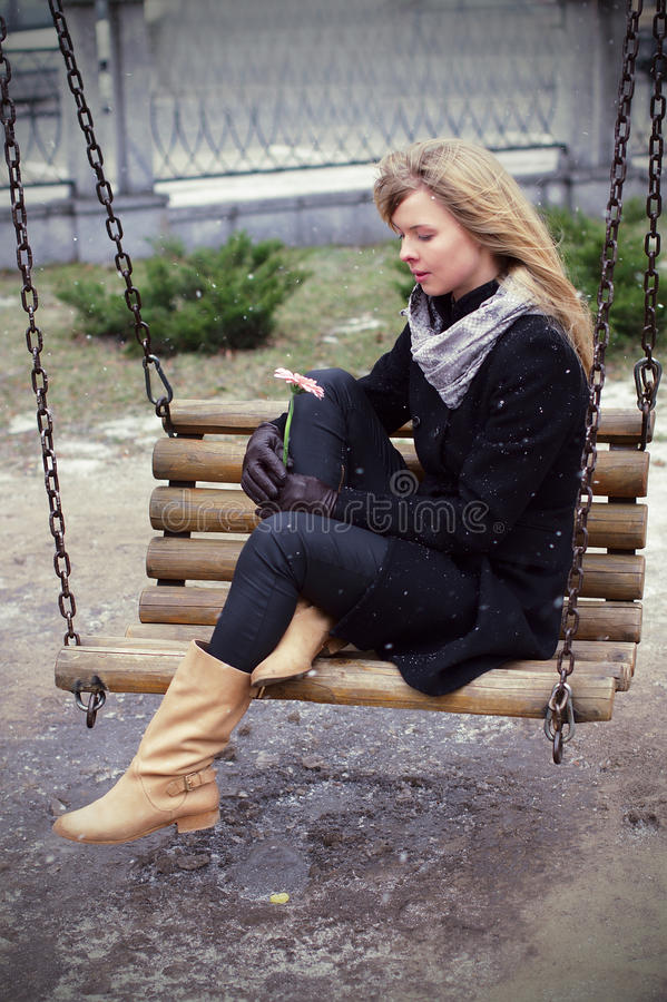 Vrouw met droevig en alleen bloem royalty-vrije stock afbeeldingen