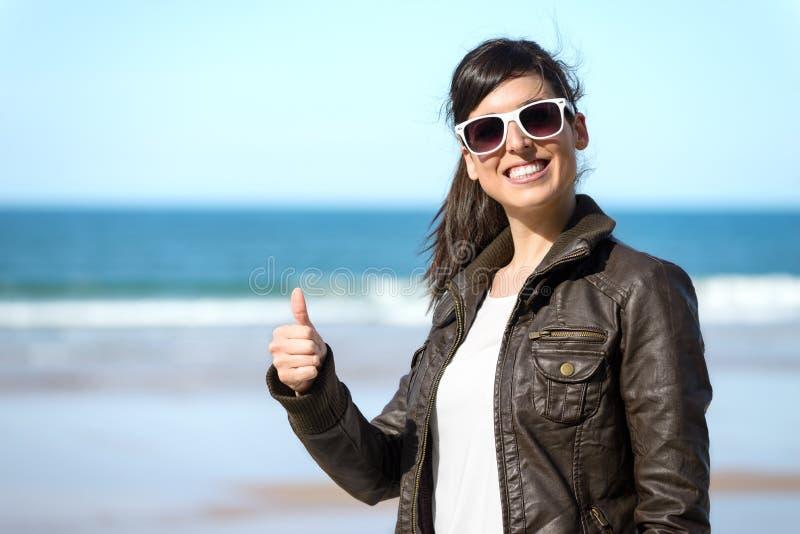 Positieve vrouw op strand royalty-vrije stock afbeeldingen