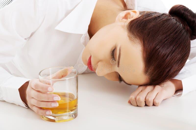 Vrouw met een alcoholprobleem stock foto's
