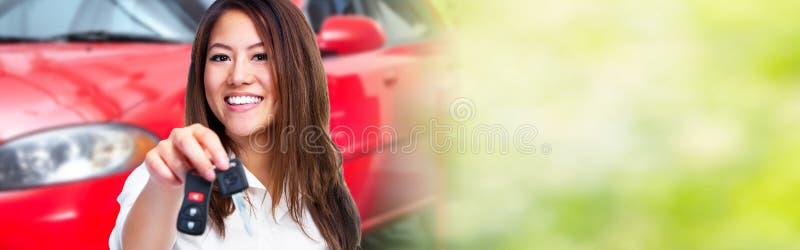 Vrouw met een autosleutel stock afbeelding