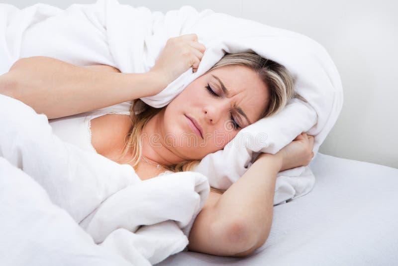 Vrouw met een bedsheet over haar hoofd stock afbeeldingen