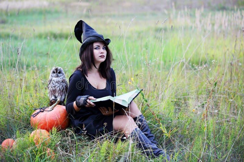 Vrouw met een boek stock afbeelding