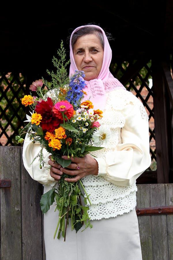 Vrouw met een boeket van bloemen royalty-vrije stock afbeelding