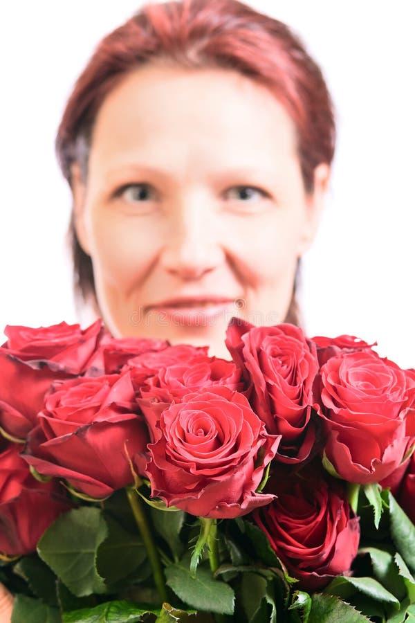 Download Vrouw Met Een Boeket Van Rode Rozen Stock Foto - Afbeelding bestaande uit liefde, wijfje: 29506988