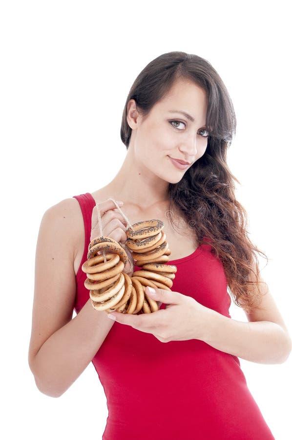 Vrouw met een bos van ongezuurde broodjes stock fotografie