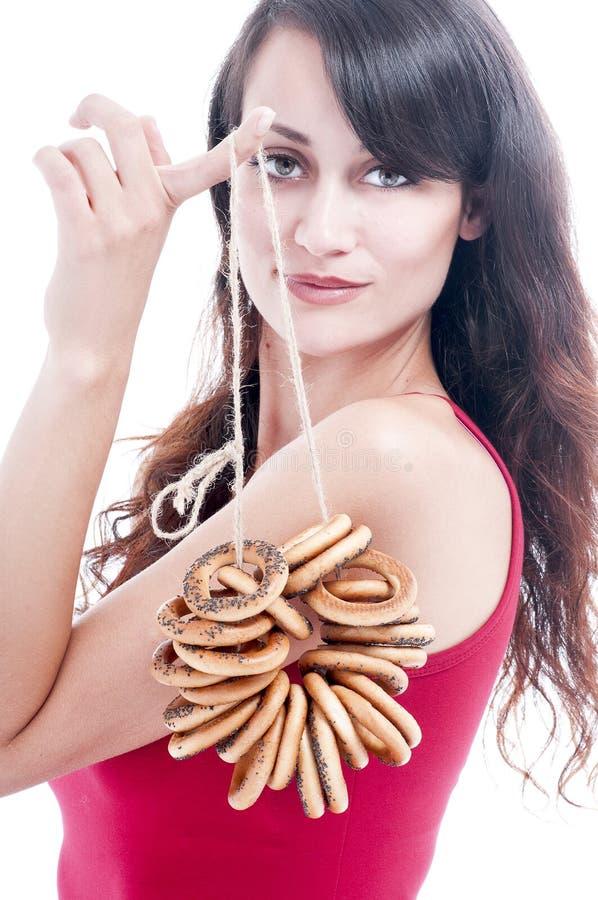 Vrouw met een bos van ongezuurde broodjes stock afbeeldingen