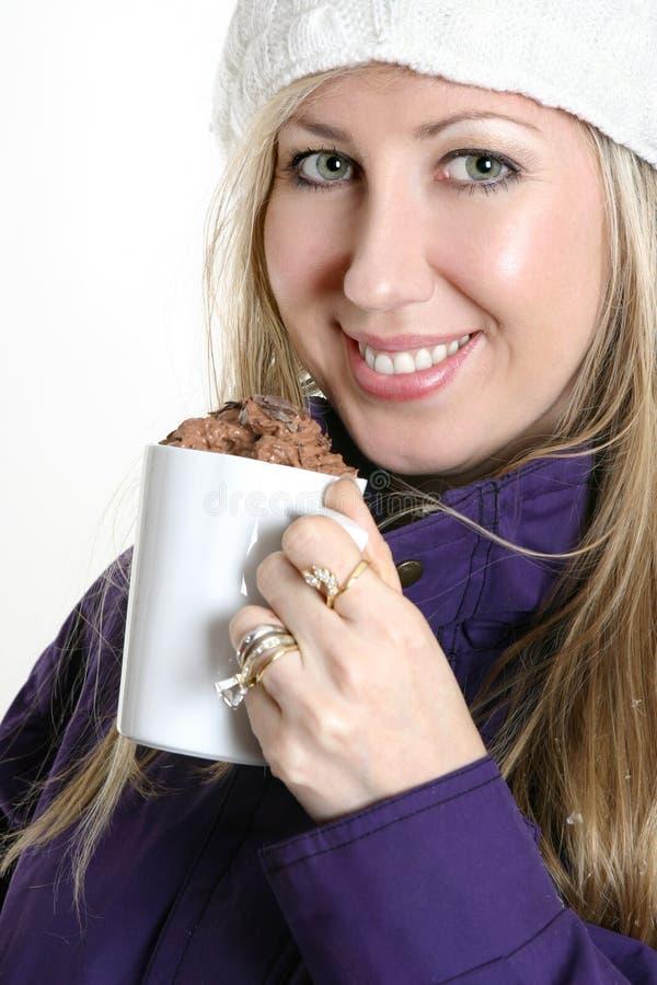 Vrouw met een chocoladedrank royalty-vrije stock foto