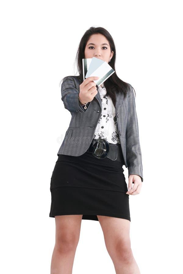 Vrouw met een creditcard op haar hand royalty-vrije stock afbeelding