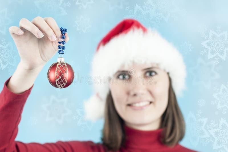 Vrouw met een decoratie van Kerstmis stock foto