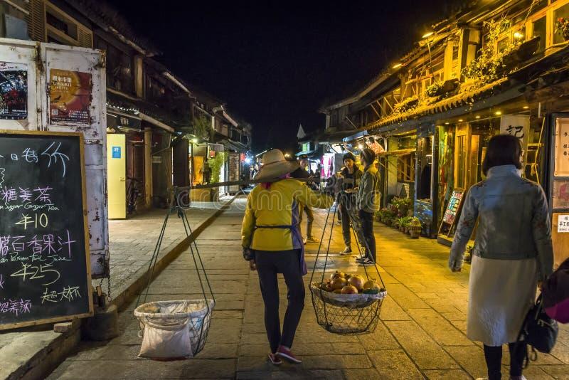 Vrouw met een dragende pool, Dali Old Town, Yunnan-provincie, China royalty-vrije stock fotografie