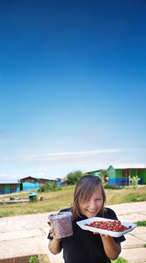 Vrouw met een emmer van bessen royalty-vrije stock foto
