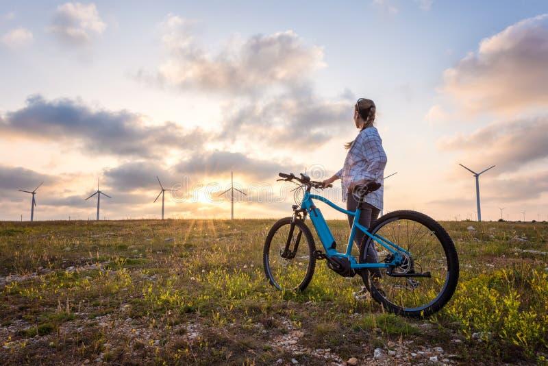 Vrouw met een fiets in de aard royalty-vrije stock afbeeldingen