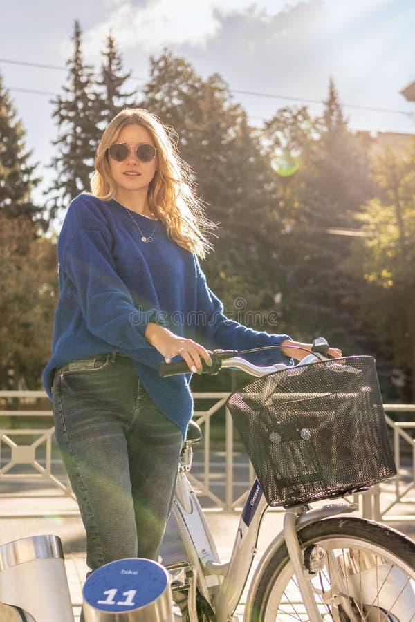Vrouw met een fiets in de straat royalty-vrije stock foto