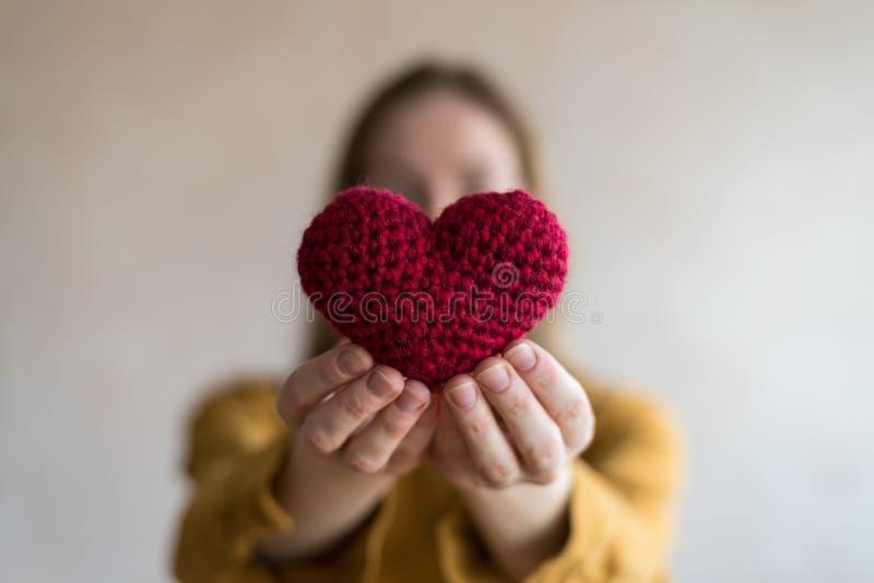 Vrouw met een gehaakt hart stock foto's