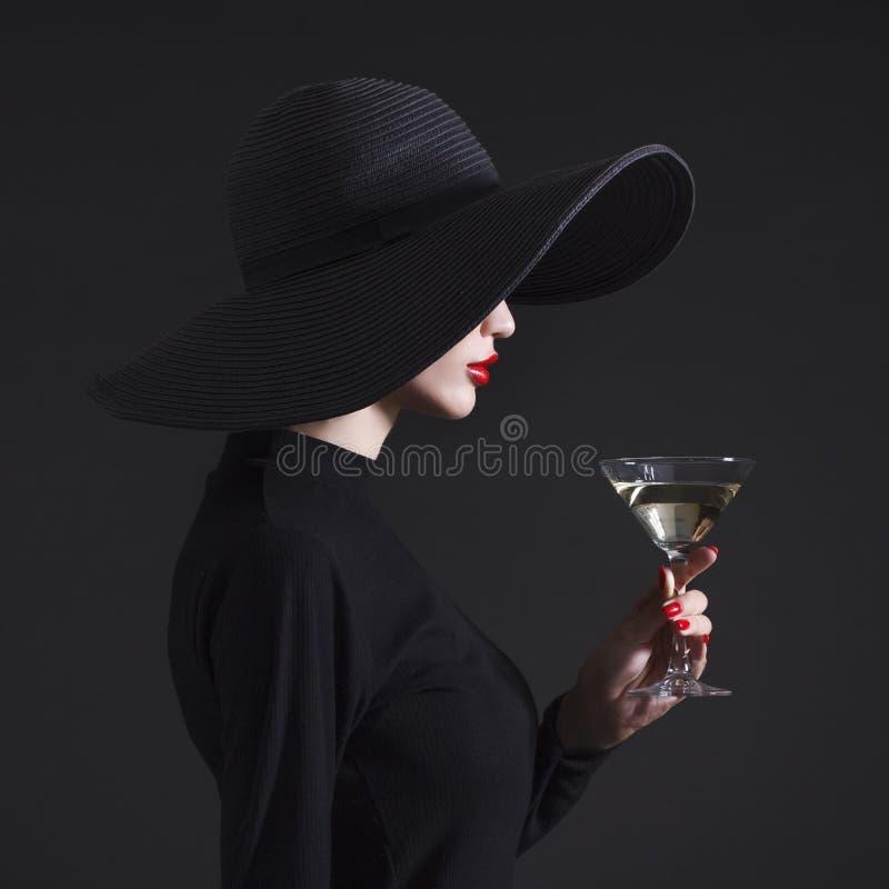 Vrouw met een glas van martini royalty-vrije stock afbeelding